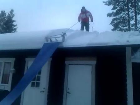 Прикольная чистка снега с крыши - видео ролик смотреть на vi.