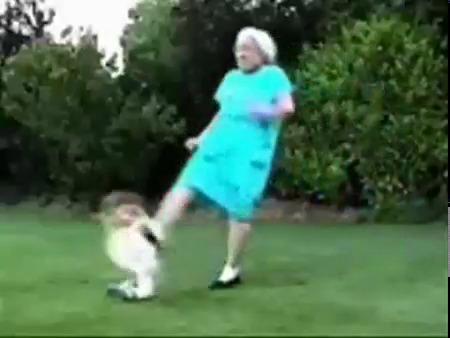 Это вопиющее дело. Она лежала на спине с раскинутыми руками. Бабушка.