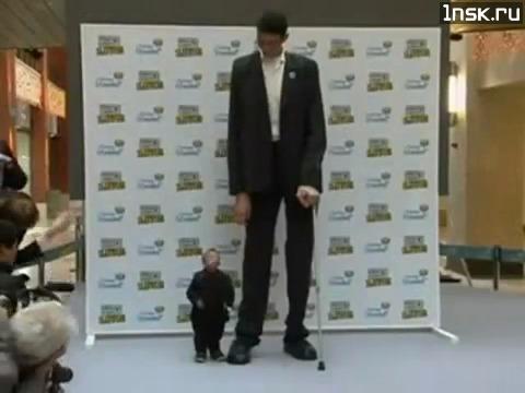 Самый большой человек с маленьким