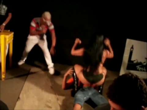 Девушка в нижнем белье танцует над парнем - Девушки.